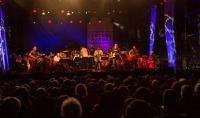 Espectacular concierto de la Orquesta de Extremadura y el grupo Inlavables en Év